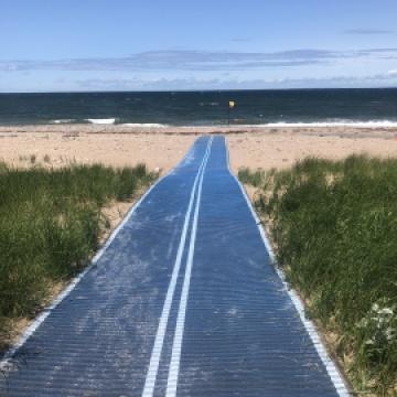 Beach access mat for wheelchair users on the beach